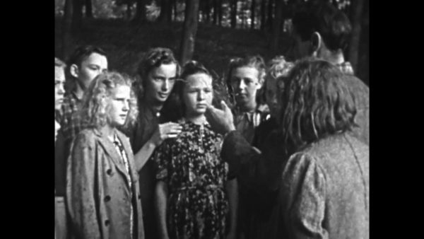 Screenshot from Sunde Born 1943